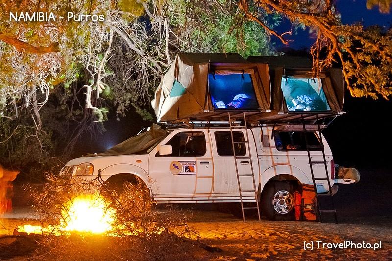 <em><strong>Typowy widok w Namibii - Samochód ma namiot na dachu.</strong></em>