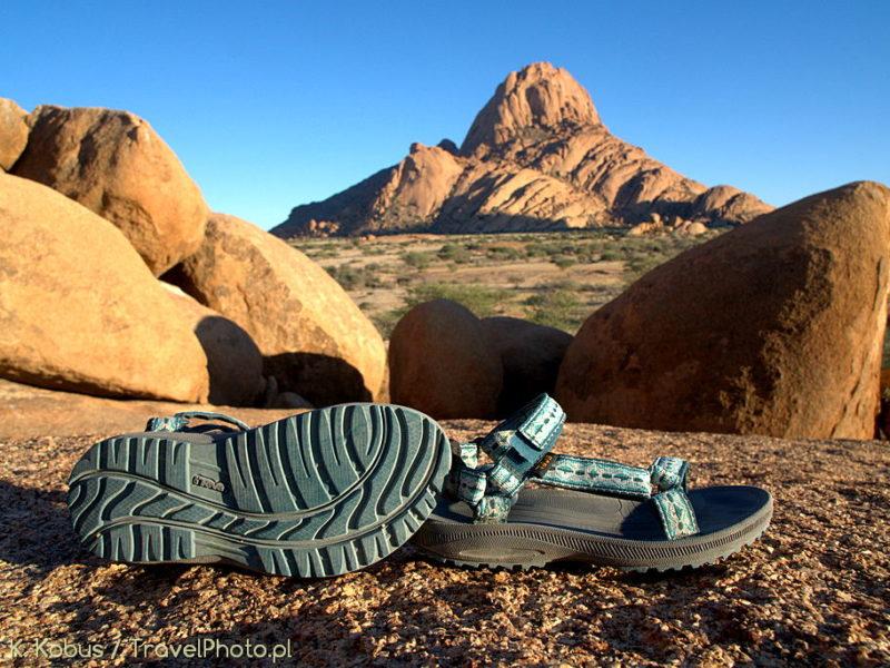 Sandały TEVA doskonale sprawdzą się w chodzeniu po kamieniach.