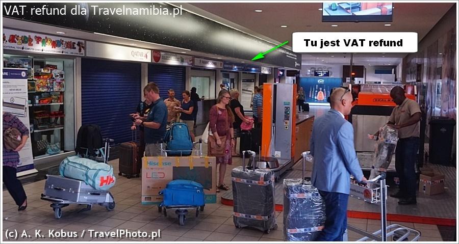 Po wejściu na halę odlotów, kantor VAT Refund jest po prawej stronie.