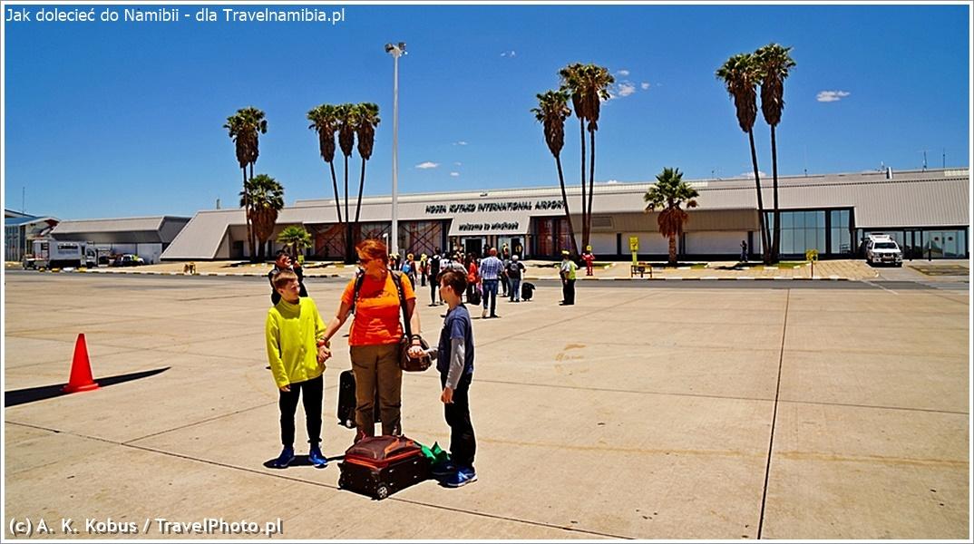 Terminal na lotnisku w Windhuku. Po lewej stronie: przyloty, po prawej - odloty. Z samolotu idzie się do terminala pieszo.
