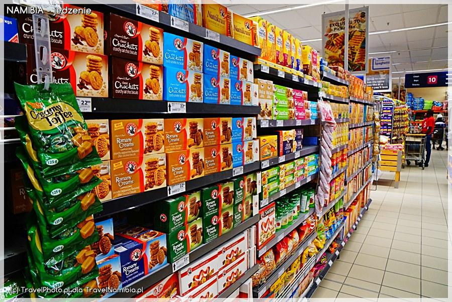 Supermarket - dział ze słodyczami / przekąskami. Jedzenie herbatników do porannej kawy - pycha!