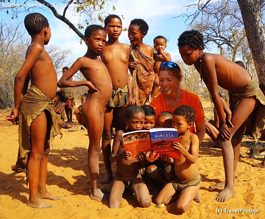 Książka o Namibii trafiła też do biblioteki szkoły w wiosce San!