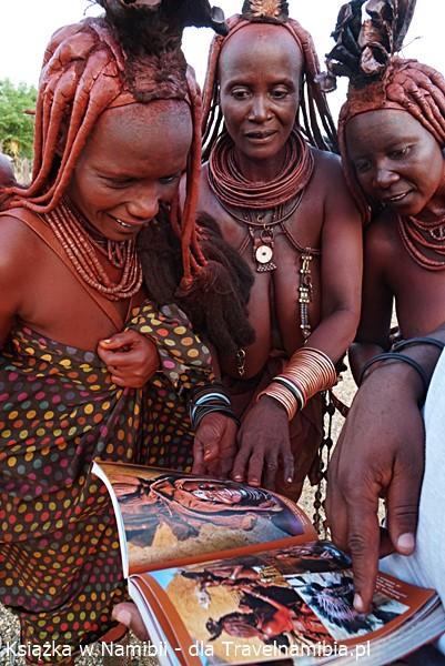 Książka o Namibii trafiła też do pań Himba.