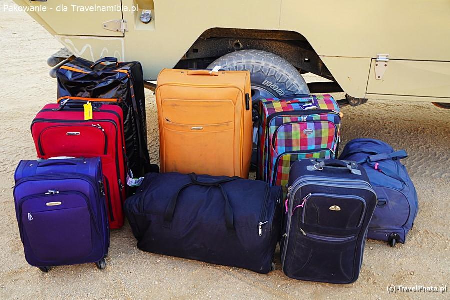 Przy wyjeździe grupowym miękkie torby łatwiej się pakuje niż sztywne walizki.