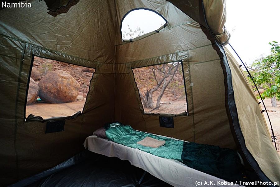 Miejscowy namiot, łóżko, śpiwór i prześcieradło.