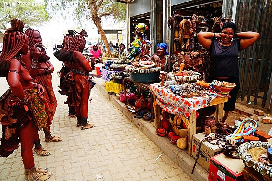 Panie Himba przy straganach z pamiątkami w Opuwo.