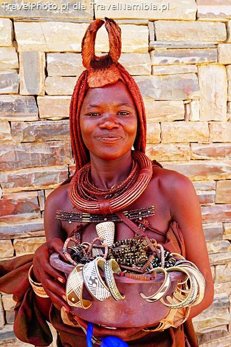 Sprzedawczyni pamiątek w Opuwo.