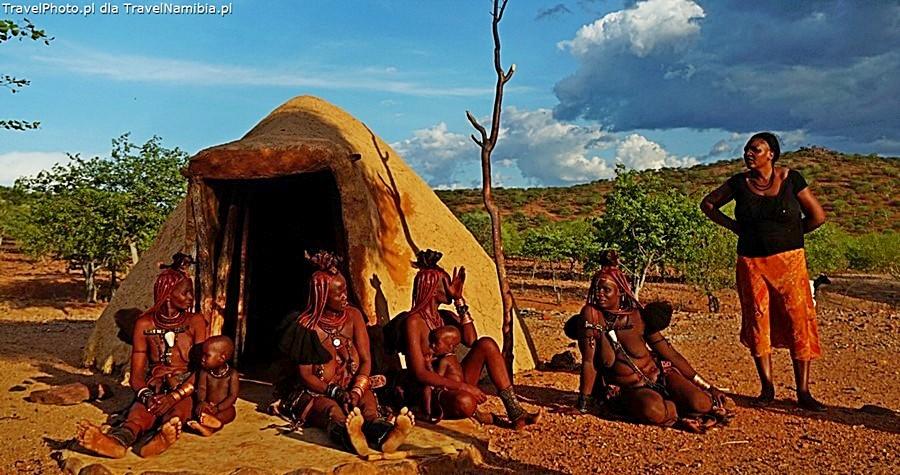 Czasem w wioskach są sąsiadki Himba - już w zachodnich strojach.