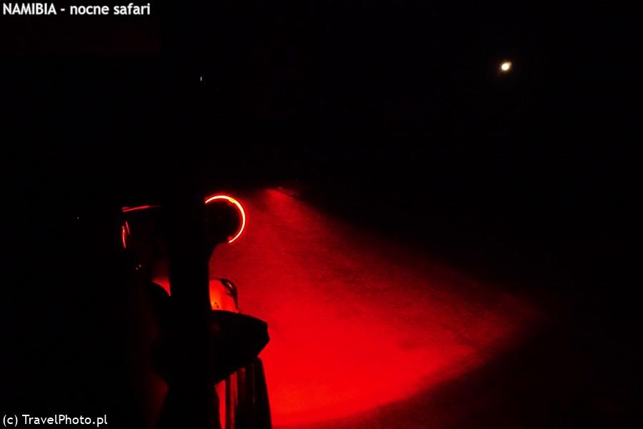 Reflektor przeczesuje mrok.