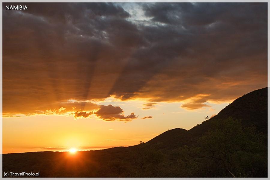 Zachód słońca w Okonjima.