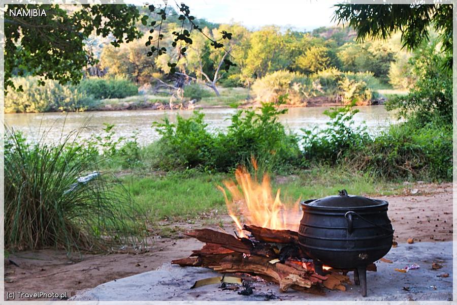 Kunene - gotowanie obiadu.