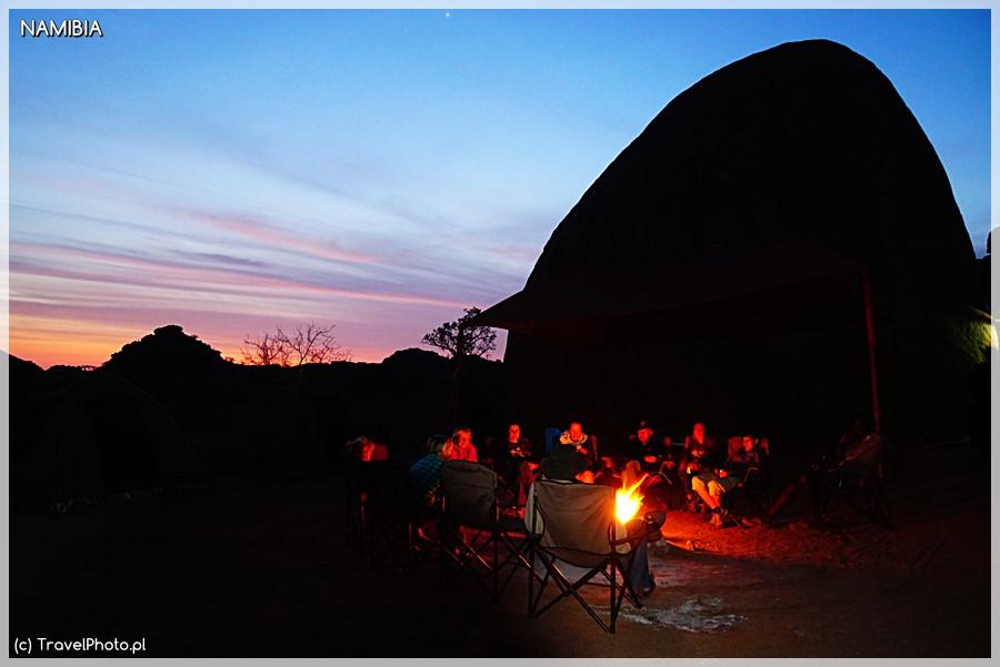 Wieczorne ognisko w Mowani