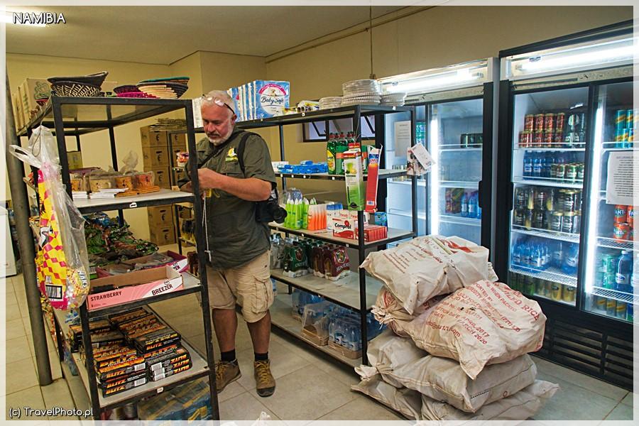 W sklepie kupisz picie, drewno i podstawowe produkty.