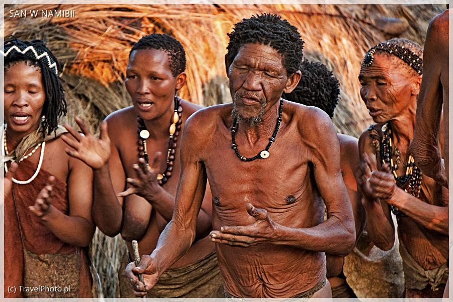 Buszmeni pokazują swe tradycyjne tańce i śpiewy.