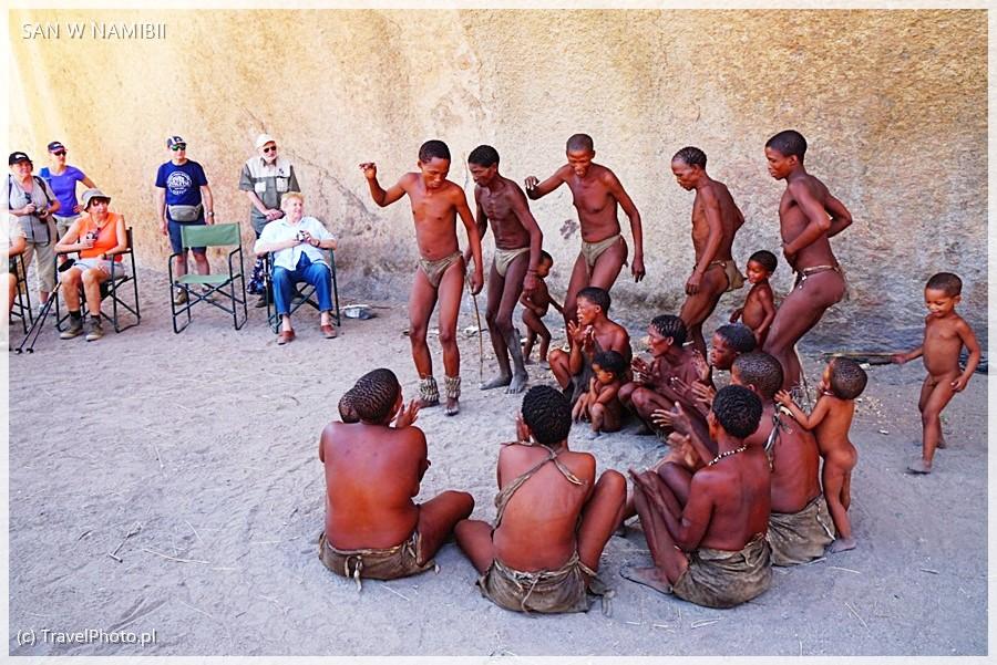 Buszmeni w Omandumba - tradycyjne tańce.