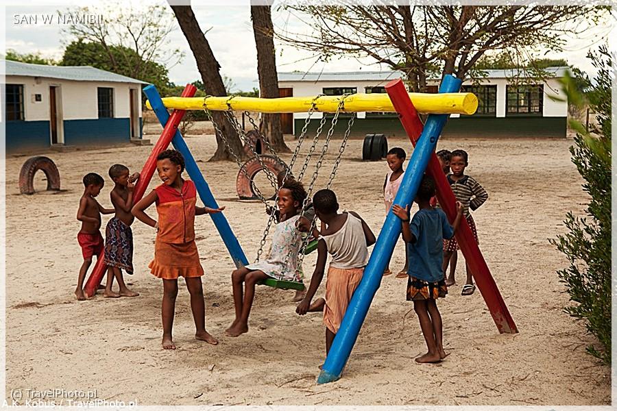 Plac zabaw przed szkołą w wiosce.