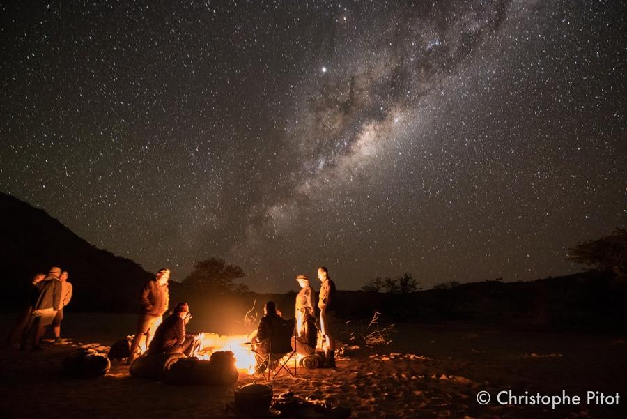 Takie niebo - tylko w Namibii. Wolontariusze w obozie.