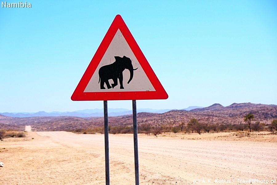 Znak na drodze Uis - Twyfelfontein.