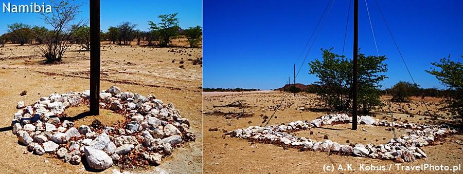 Droga Uis - Twyfelfontein. Kamienie ułożone wokół słupów, aby słonie ich nie łamały.